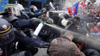 Des CRS utilisant des sprays sur des manifestants dimanche à Paris