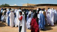 Des électeurs mauritaniens devant un bureau de vote à Nouakchott le 23 novembre 2013 [Mohamed Ould Elhadj / AFP/Archives]