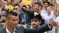 La star Cristiano Ronaldo à son arrivée au  centre médical de la Juventus, le 17 juillet 2018 à Turin [MIGUEL MEDINA / AFP]