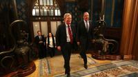 John Bolton, conseiller de Donald Trump à la Sécurité nationale, rencontre le ministre russe des Affaires étrangères, Sergei Lavrov, le 22 octobre à Moscou. [- / RUSSIAN FOREIGN MINISTRY/AFP]