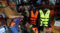 Un Irakien s'achète un gilet de sauvetage dans un magasin de sport le 13 septembre 2015 à Bagdad [AHMAD AL-RUBAYE / AFP]
