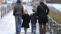 Deux femmes homosexuelles se promènent avec leurs enfants à Nantes le 1er novembre 2012 [Jean-Sebastien Evrard / AFP/Archives]