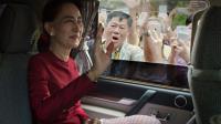 Aung San Suu Kyi en route pour le bureau de vote le 8 novembre 2015 à Rangoun [NICOLAS ASFOURI / AFP]