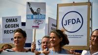 Des milliers de personnes ont défilé le 24 août 2019 à Dresde, en Allemagne, pour protester contre le racisme et l'avancée de l'extrême droite en Allemagne [John MACDOUGALL / AFP]