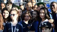 Kylian Mbappé (c) pose avec des jeunes supporters de Bondy, commune du club de son enfance, à la fin d'un entraînement lors du Mondial, le 27 juin 2018 à Istra    [FRANCK FIFE / AFP/Archives]