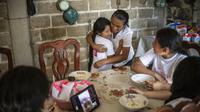 La jeune Eleny Ramirez, née aux Etats-Unis, embrasse sa grand-mère Atanacia Carvete lors des retrouvailles familiales de 18 enfants d'origine mexicaine vivant aux Etats-Unis, dans la localité de leurs parents, Teopantlan, au Mexique, le 19 juillet 2018 [PEDRO PARDO / AFP]