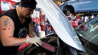 Sue Sweeney, cheffe d'équipe au Girls Auto Clinic, répare une voiture, dans ce garage, le 7 août 2018 près de Philadelphie, en Pennsylvanie   [DOMINICK REUTER / AFP]