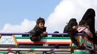 Des femmes et enfants ayant quitté le dernier réduit du groupe Etat islamique (EI) en Syrie sont transportés en camion vers un camp de déplacés, le 22 février 2019 [Delil SOULEIMAN / AFP]