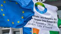 drapeau européen et celui annonçant lecinquième sommet Union européenne (UE) - Union africaine (UA), le 27 novembre à Abidjan [ISSOUF SANOGO / AFP]