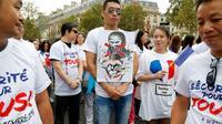 """Des membres de la communauté chinoise manifestent pour réclamer """"la sécurité pour tous"""" et dénoncer le """"racisme anti-asiatique"""", le 4 septembre 2016 à Paris  [FRANCOIS GUILLOT / AFP]"""