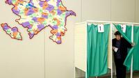Un homme sort de l'isoloir dans un bureau de vote, lors de l'élection présidentielle, le 11 avril 2018 à Bakou, en Azerbaïdjan [TOFIK BABAYEV                    / AFP]