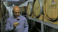 Omar Zumot, viticulteur jordanien, goûte un vin dans son chai Saint George à Zahab, le 5 novembre 2018 en Jordanie [Laure van RUYMBEKE / AFP]