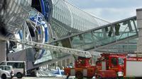 Des pompiers lors de l'effondrement du terminal E2, qui a fait 4 morts, de l'aéroport Roissy-Charles de Gaulle, le 23 mai 2004 près de Paris  [JACK GUEZ / AFP/Archives]