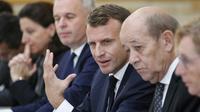 Le président de la République Emmanuel Macron (C) préside le conseil des ministres, le 17 octobre 2018 à Paris [Francois Mori / POOL/AFP]