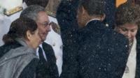 Le président américain Barack Obama (d) serre la main de son homologue cubain Raul Castro (g) lors de la cérémonie en hommage à Nelson Mandela, le 10 décembre 2013 à Johannesburg [Odd Andersen / AFP/Archives]