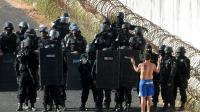 La police anti-émeute s'approche d'un homme choisi pour négocier au nom des détenus en rebélion au centre pénitentier d'Alcacuz dans l'Etat de Rio Grande do Norte dans le nord-est du Brésil, le 16 janvier 2017 [ANDRESSA ANHOLETE / AFP]