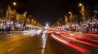 Environ 800 000 points lumineux embellissent les Champs-Elysées pendant les fêtes.