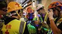 Un groupe de secouristes volontaires coordonnent leur prochaine position lors des manifestations pro-démocratie, le 3 août 2019 à Hong Kong [ANTHONY WALLACE / AFP]
