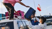 Des Vénézuéliens chargent un véhicule avec leurs affaires avant de fuir vers Tumbes au Pérou, le 23 août 2018 [CRIS BOURONCLE / AFP]