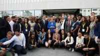 Emmanuel Macron et Angela Merkel posent avec des étudiants lors d'une visite de l'Office franco-allemand de la Jeunesse, le 13 juillet 2017 [Matthieu Alexandre / POOL/AFP]