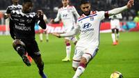 Le joueur de Lyon Nabil Fekir (d) buteur lors de la victoire à domicile sur Guingamp 2-1 en 25e journée de L1 le 15 février 2019 [JEAN-PHILIPPE KSIAZEK / AFP]