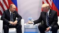 Le président russe Vladimir Poutine et son homologue américain Donald Trump, lors d'un sommet du G20 à Hambourg le 7 juillet 2017 [SAUL LOEB / SPUTNIK/AFP/Archives]