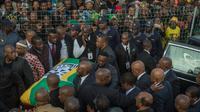 Des milliers de personnes ont assisté au retour de la dépouille de Winnie Mandela à Soweto le 13 avril 2018, à la veille de ses funéraille [MUJAHID SAFODIEN / AFP]