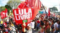 Des partisans de l'ex-président brésilien Lula Luiz Inacio Lula da Silva manifestent devant les locaux du parquet fédéral  à Curitiba, le 8 juillet 2018  [Franklin de Freitas / AFP]