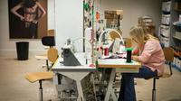 Dans l'atelier de confection de lingerie de la marque Simone Pérèle à Clichy près de Paris, le 20 décembre 2018 [Lionel BONAVENTURE / AFP]