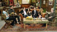 Les acteurs de la série sur le plateau du Central Perk en 2004