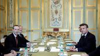 Emmanuel Macron (D) pose en comapgnie du PDG de Facebook Facebook Mark Zuckerberg (G) avant une réunion de travail, le 10 mai 2019 à l'Elysée  [Yoan VALAT / EPA POOL/AFP]