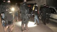 Des membres du Raid et la police judiciaire lors de l'opération franco-espagnole contre ETA à Louhossoa, près de Bayonne dans les Pyrénées-Atlantiques, le 16 décembre 2016 [IROZ GAIZKA / STR/AFP]