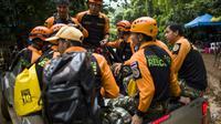 Des secouristes thaïlandais, près de la grotte Tham Luang où sont bloqués 12 enfants et leur entraineur de football, le 6 juillet 201 à Mae Sai [YE AUNG THU / AFP]