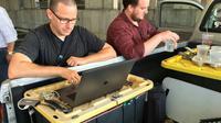 Les journalistes du Capital Gazette Chase Cook (D) et Joshua McKerrow (G) travaillant le 29 juin sur le journal du lendemain [Ivan Couronne / AFP]
