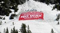 """Des militants d'extrême droite ont pris position samedi 21 avril sur un col des Alpes pour """"veiller à ce qu'aucun clandestin ne puisse rentrer en France""""  [ROMAIN LAFABREGUE / AFP]"""