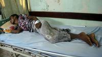 Un Yéménite blessé reçoit des soins après l'attaque aérienne de Hodeida, le 3 août 2018 [ABDO HYDER / AFP]