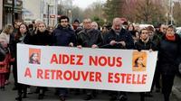 Quinze ans après la disparition d'Estelle Mouzin, une centaine de personnes participent à Guermantes (Seine-et-Marne) à une marche silencieuse menée par son père, Eric Mouzin, le 13 janvier 2018  [Thomas Samson / AFP]