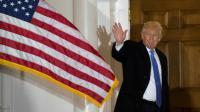 Le président élu américain Donald Trump salue les photographes, le 20 novembre 2016 dans le New Jersey [DON EMMERT / AFP/Archives]