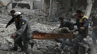 Un homme blessé évacué par des forces de défense civiles sur un brancard, dans la région de la Ghouta, près de Damas, le 20 février 2018 [ABDULMONAM EASSA / AFP]