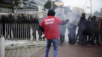Un salarié de Goodyear face à des CRS devant le siège social à Rueil-Malmaison, le 7 mars 2013 [Lionel Bonaventure / AFP/Archives]