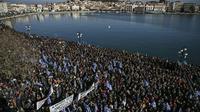Des milliers de Grecs manifestent contre les migrants dans le port de Mytilene à Lesbos, le 22 janvier 2020.