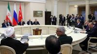 Le président russe Vladimir Poutine (3e g) et ses homologues turc Recep Tayyip Erdogan (3e d) et iranien Hassan Rohani (g) lors d'une réunion sur la Syrie, le 22 novembre 2017 à Sotchi [Mikhail KLIMENTYEV / SPUTNIK/AFP/Archives]