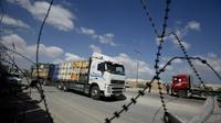 Un camion chargé de marchandises au point de passage de Kerem Shalom entre Israël et la bande de Gaza le 15 août 2018 [SAID KHATIB / AFP]