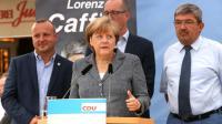La chancelière allemande Angela Merkel à côté du ministre de l'Intérieur de Mecklembourg-Poméranie occidentale Lorenz Caffier (droite) et le candidat de la CDU Christian Democratic, lors d'un meeting de campagne à Bad Doberan (est), le 3 septembre 2016 [Adam BERRY / AFP]