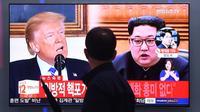 Un homme devant un écran de télévision montrant le président américain Donald Trump et le leader nord-coréen Kim Jong Un, à Séoul le 16 mai 2018 [Jung Yeon-je / AFP]