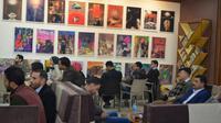 """Des Irakiens au café """"Forum du livre"""" à Mossoul, discutent littérature, musique, politique ou histoire, le 6 janvier 2018  [Ahmad MUWAFAQ / AFP]"""