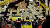 Des équipes de secours recherchent des survivants dans les décombres d'un immeuble après un puissant séisme à Elazig, le 25 janvier 2020 en Turquie [Ilyas AKENGIN / AFP]