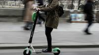 Une femme sur une trottinette électrique dans une rue de Paris, le 3 mars 2019 [KENZO TRIBOUILLARD / AFP/Archives]