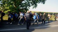 Des migrants marchent près de Belgrade, le 22 juillet 2016 [OLIVER BUNIC / AFP]