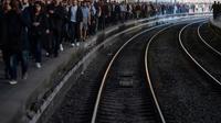 Les quais bondés de la gare Saint-Lazare à Paris le 19 avril 2018 [Christophe SIMON / AFP]